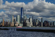 Rot Weißes Ausflugs Schiff vor Skyline von New York Manhattan mit World Trade Center und Freedom Tower downtown
