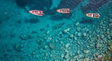 Pogled na plažu Martinique i planinu odozgo, na karipskim otocima
