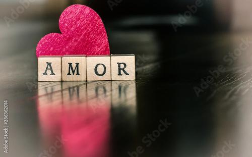 Photo Imagen de amor para el 14 de febrero con corazón rojo y un mensaje de amor