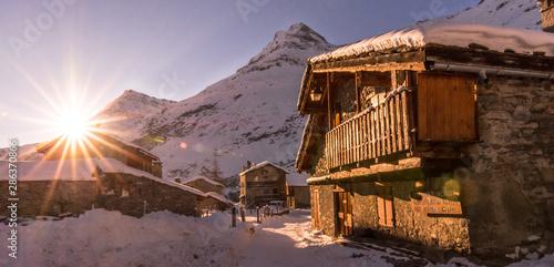 Photo sur Toile Marron chocolat Vieux chalet et couché de soleil