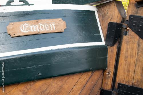 Fotografie, Tablou Niedersachsen, Emden/Ostfriesland, Heck eines hölzernen Schiffes mit Aufschrift