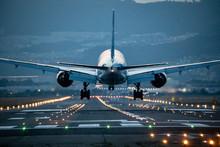 大阪空港に着陸する飛...