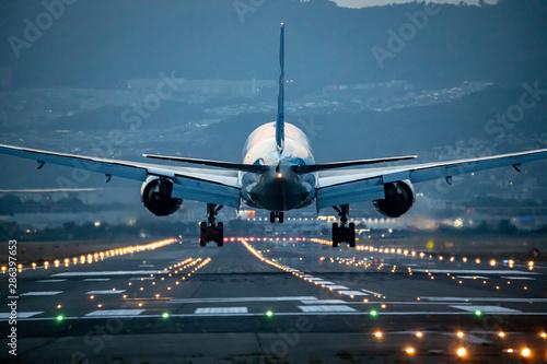 大阪空港に着陸する飛行機