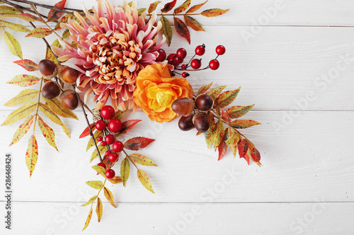 La pose en embrasure Fleur autumn leaves and fruits on wooden background