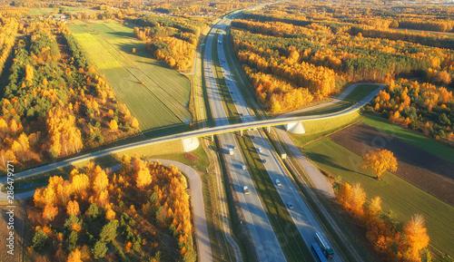 Montage in der Fensternische Melone Drone view of highway in autumn scenery