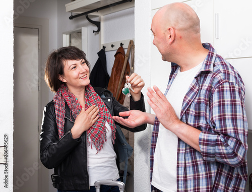 Female tenant gives keys to male landlord Fototapet