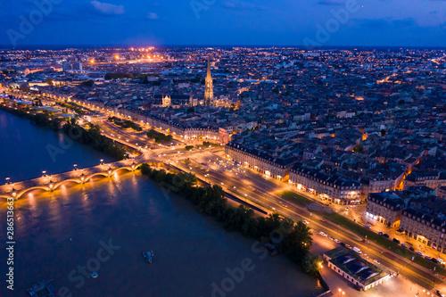 Fotomural  Illuminated Bordeaux city at night
