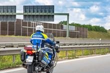 Autobahnstreife -  Motorrad Der Autobahnpolizei Auf Streife