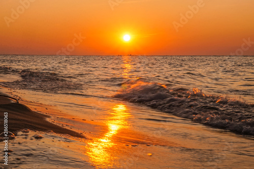 Keuken foto achterwand Oranje eclat Sunset - sun reflecting in sea/ ocean, shore