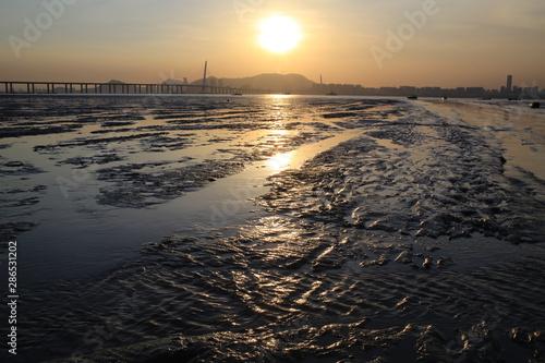Photo sunset of tidal beach and sunlit of chinese boat  Ha Pak Nai at Yuen Long