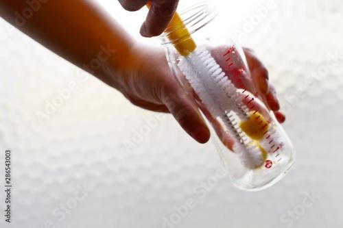 哺乳瓶の洗浄 Canvas-taulu