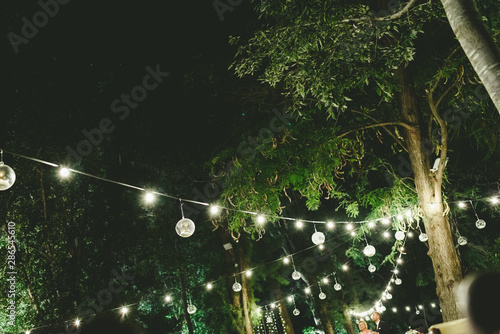 Fotomural  Beautiful decoration for a night wedding, illuminated with led lanterns, and vintage style centerpieces