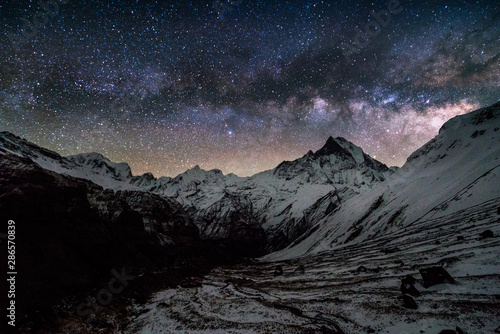 Photo milky way over machapuchare peak in himalayas annapurna base camp trekking route