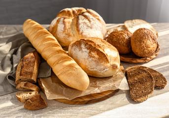 Asortiman svježeg kruha na stolu