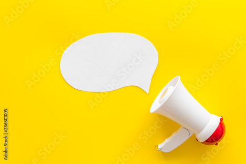 Fotografia, Obraz  loudspeaker with bubble for announcement text on yellow background top view mock