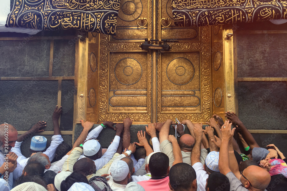 Fototapety, obrazy: MECCA, SAUDI ARABIA - September 2019. The door of the Kaaba holy mosque Al-Haram in Mecca Saudi Arabia. Muslim pilgrims from all over the world gathered to perform Umrah or Hajj.