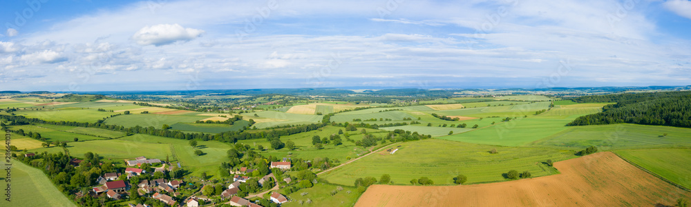 Fototapeta Panorama sur la campagne et un village français au milieu des champs