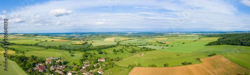 La pose en embrasure Pistache Panorama sur la campagne et un village français au milieu des champs