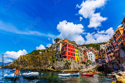 Poster de jardin Europe Méditérranéenne view of the colorful houses along the coastline of Cinque Terre area in Riomaggiore, Italy