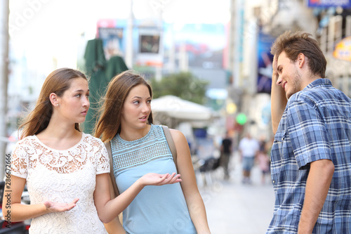 Man flirting with disappointed women in the street Fototapet