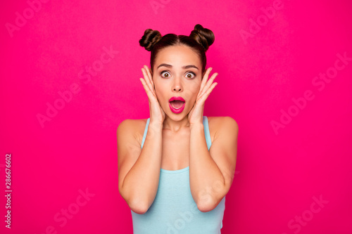 Close up photo of impressed teen touching her cheeks shouting wearing singlet is Fototapet