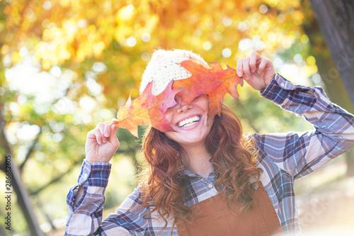Junge schöne rothaarige Frau mit Locken und Blättern vor den Augen Canvas-taulu