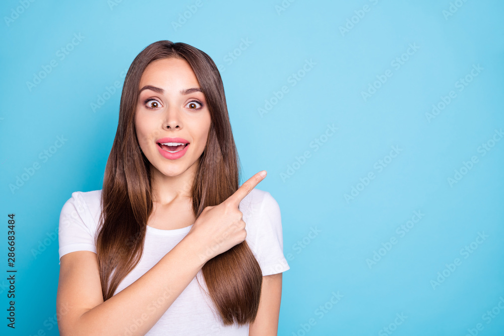 Fototapety, obrazy: Close up photo of impressed lady showing recommendation scream unbelievable wearing white t-shirt isolated over blue background