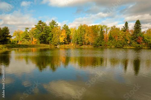 jesien-krajobraz-z-jeziorem-i-drzewami-odbijajacymi