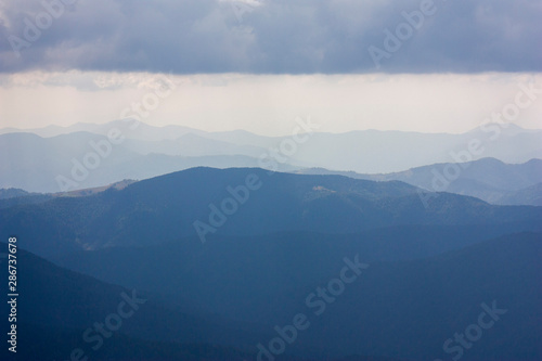 Colline The majestic view of the beautiful mountains. Relaxing travel background. Tourist routes. Carpathians. Ukraine. Europe.