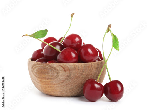 Fototapeta Wooden bowl of delicious ripe sweet cherries on white background