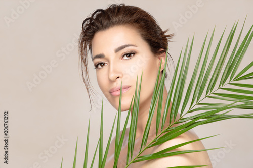 Beauty spa woman with green tropical leaf Lerretsbilde