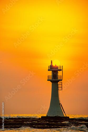 青島灯台と太陽と白波3