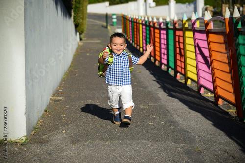 rentrée scolaire pour ce jeune garçon Billede på lærred
