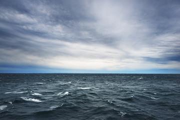 prekrasan morski krajolik Baltičkog mora s laganim vjetrom