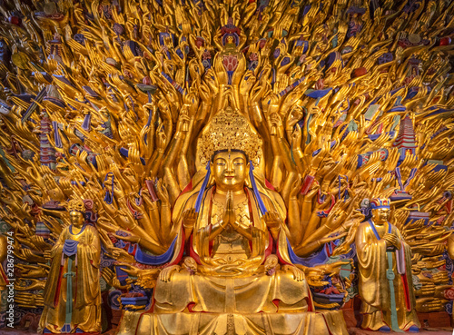 Fotomural Golden sculpture of Avalokiteshvara Buddha or Guanyin with thousand hands at Dazu Rock Carvings at Mount Baoding or Baodingshan in Dazu, Chongqing, China