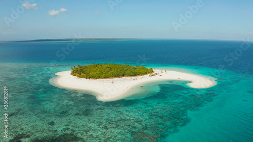 Photo Sandy beach and tropical island by atoll with coral reef and axure water, top view