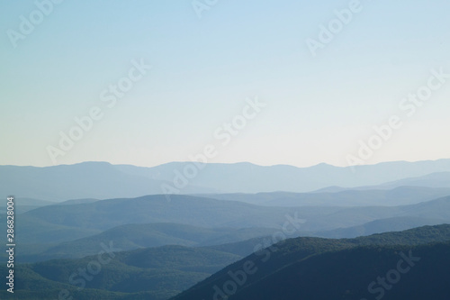 Photo  low mountains in mist