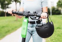 Frau Ist Mit Einem E-Scooter Mit Helm Unterwegs
