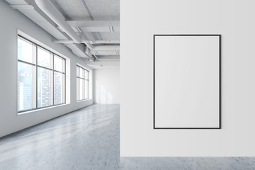 Maketa plakata u bijelom uredu u industrijskom stilu