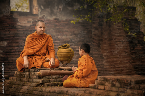 Fotografia Monks convey and teach the Dharma to novices, at ancient temples in Phra Nakhon Si Ayutthaya, Thailand