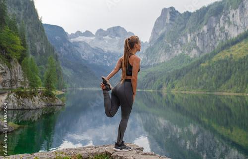 Carta da parati  Young sports fitness girl in nature