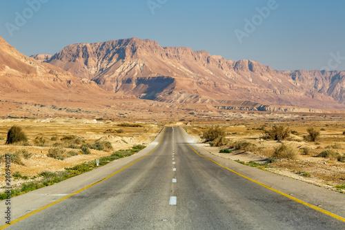 Fotografia  Endless road driving drive travel traveling desert landscape no limit loneliness