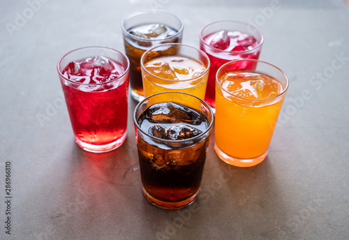 Fotografía  Colorful of sparkling water with ice cubes.