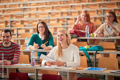 Valokuva Young College students on university education.