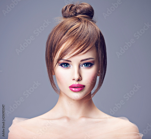 Photo Beautiful redhead girl with style hairstyle.