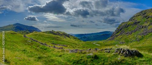 Fotografia Views towards Eskdale from the summit of Hardknott Pass, Lake District, UK