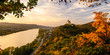 Marksburg über Braubach am Rhein bei Sonnenuntergang im Herbst