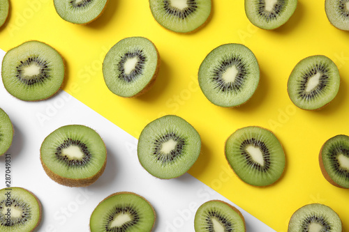 Top view of sliced fresh kiwis on color background Poster Mural XXL