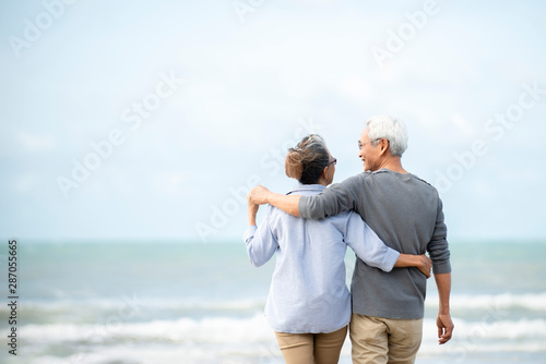 Photo Happy asian senior couple  have fun and enjoy at the beach, senior man and woman