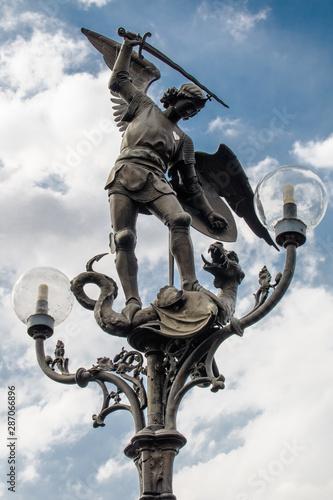 Estátuas, bustos e medalhões de paredes coladas a várias fachadas da cidade e parques em toda a Europa, obras colocadas nas ruas para embelezar as cidades Fototapet